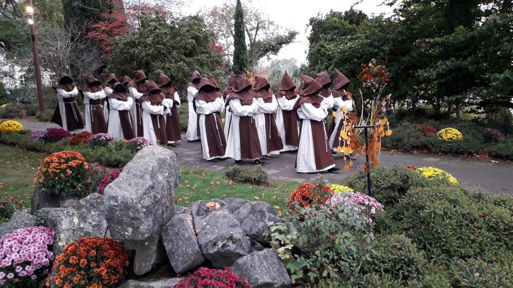 Pairi Daiza : Le Choeur des Moines-Fantômes par le Chorale RENCONTRE
