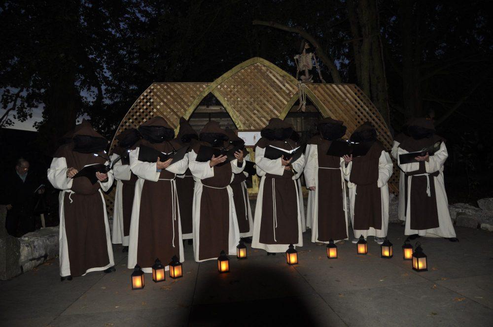 Les moines de rencontre à Halloween PairiDaiza
